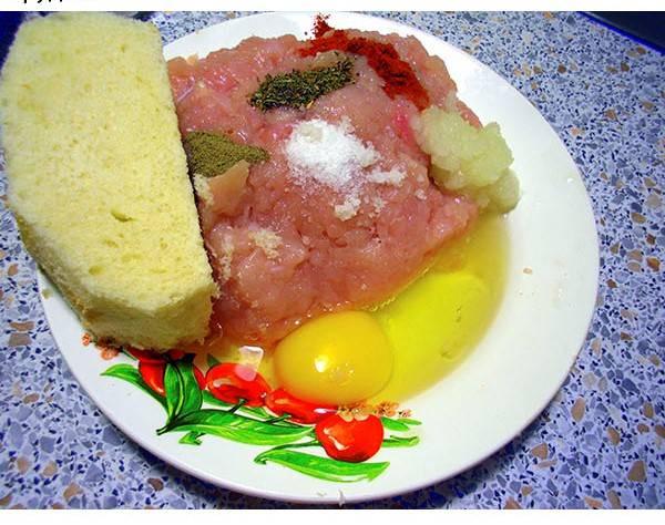 Добавляем яйцо, перекрученный в мясорубке лук, батон и специи. Все тщательно перемешиваем.