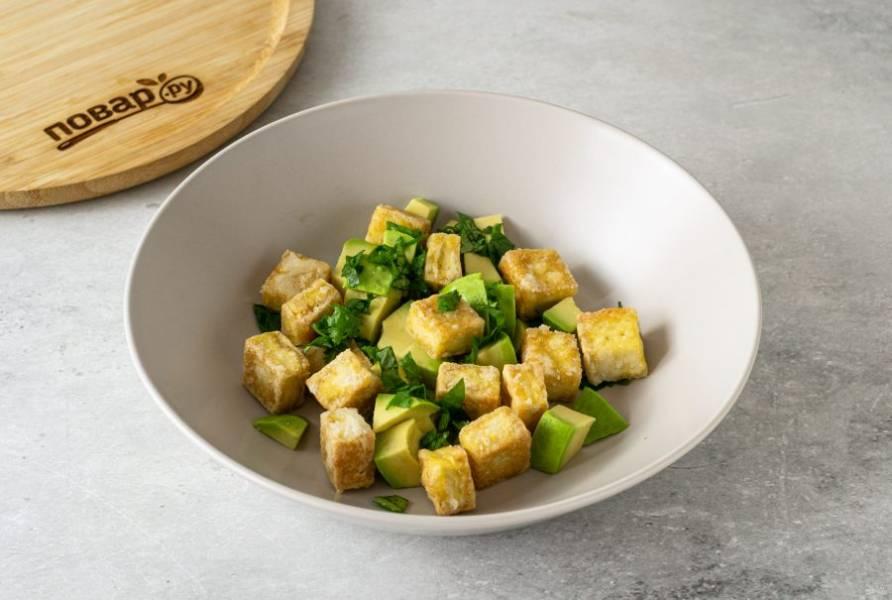 В глубокой миске соедините мелко порубленную кинзу, авокадо и тофу. Аккуратно перемешайте.