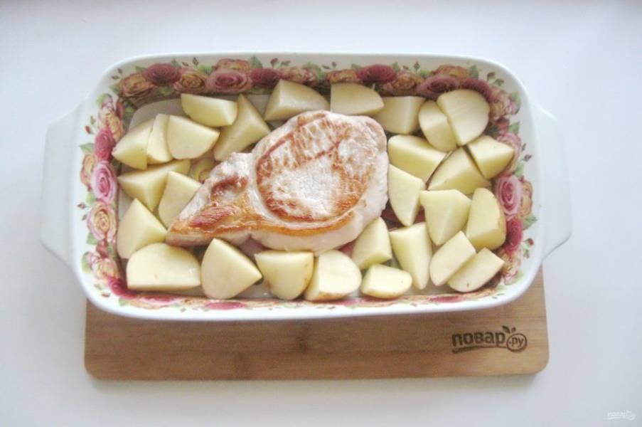 Вокруг корейки разложите картофель.