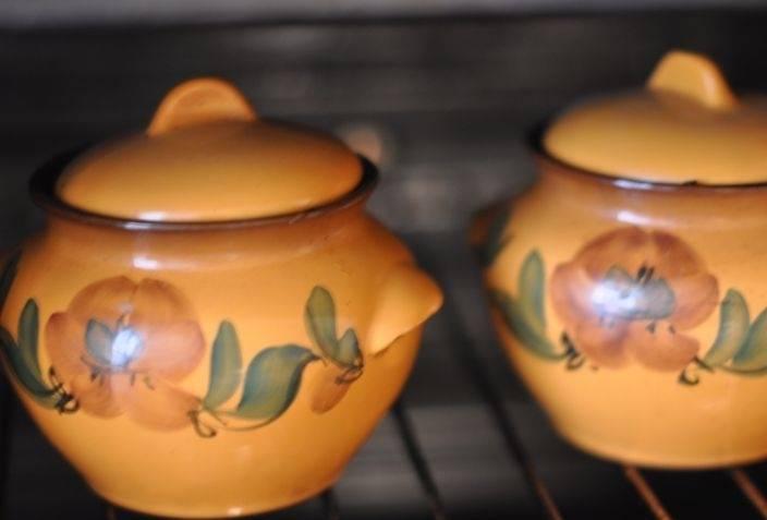 Закрываем горшочки крышками и ставим в духовку. Запекаем при температуре 180-200 градусов примерно 30-35 минут. Затем духовку выключаем и оставляем горшочки в ней еще минут на 15.