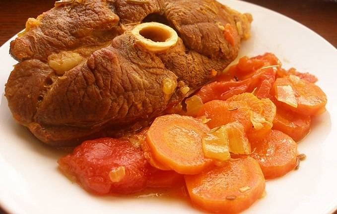 Консервированные томаты очистите и добавьте к баранине с овощами. Готовьте около 1,5 часа. Ароматное мясное блюдо готово к подаче!