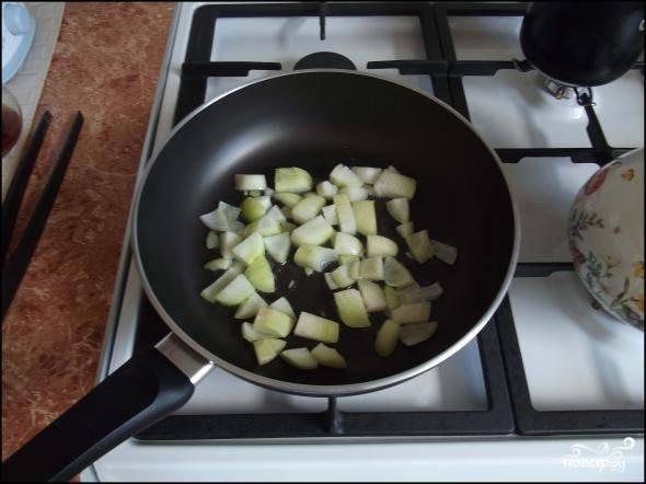 1.Лук чистим от шелухи и моем, нарезаем крупными кусочками. Сковороду ставим на огонь и разогреваем с небольшим количеством подсолнечного масла. На раскаленную поверхность отправляем лук.