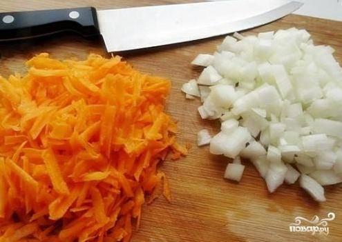 Чистим лук и морковь. Морковь натираем на терке, лук нарезаем маленькими кубиками.