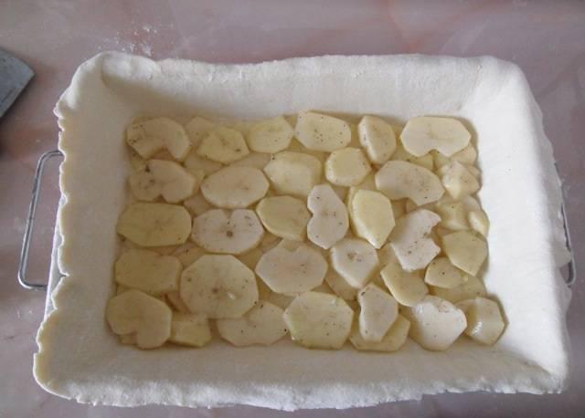 2. Картофель очистить и нарезать брусочками или кружочками. Посолить и поперчить по вкусу. При желании можно добавить сушеных трав или других специй. Выложить картофель на тесто.