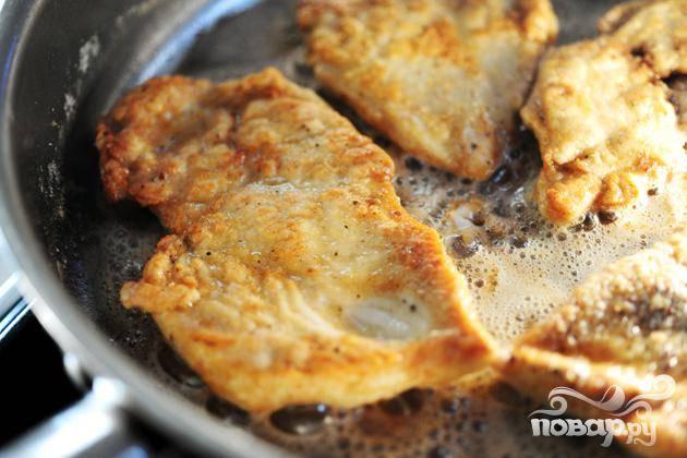 2. Нагреть оливковое масло и сливочное масло вместе в большой сковороде на среднем огне. Обжарить куриные грудки до золотисто-коричневого цвета, около 2 до 3 минут с каждой стороны. Убрать куриные грудки из сковороды и держать в тепле.