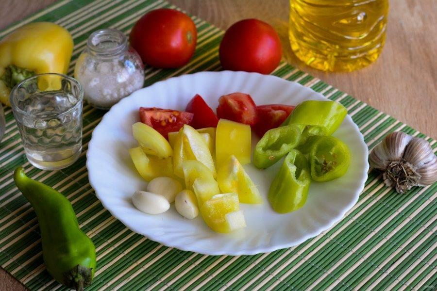 Для соуса нарежьте кусочками помидоры, сладкий перец, чеснок и острый перец.