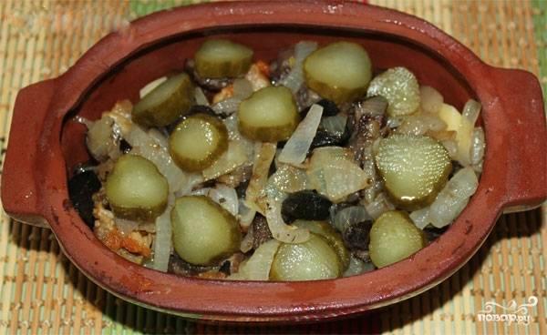 7. Далее идет слой из прожаренных грибов с луком, также аккуратно их распределите по горшочку. Сверху выложите нарезанный кольцами соленый огурец.