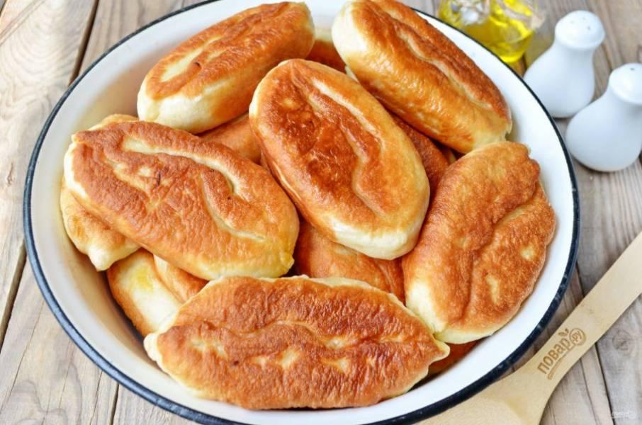 Жарьте пирожки во фритюре или сковороде с высокими бортами. Огонь — медленный, периодически переворачивайте пирожки, чтобы они не подгорели. Пирожки с капустой готовы! Угощайтесь!