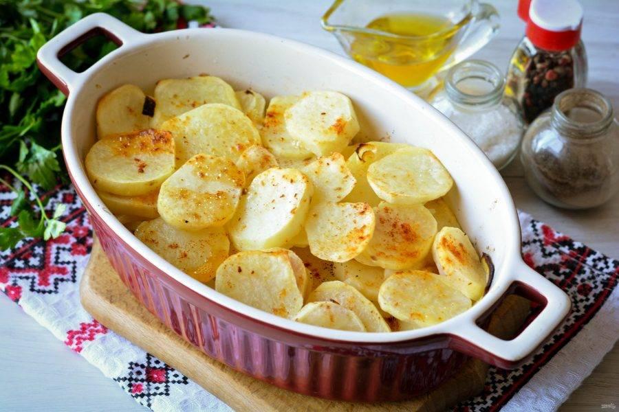 Картошка запеклась и ее можно доставать из духовки. Благодаря тонкой нарезке овощ быстро готовится в духовке.