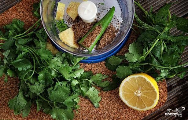 Пока овощи варятся займемся вкусной заправкой. Для этого при помощи блендера размельчим и смешаем такие ингредиенты: кинзу, мяту, острый перец, имбирь, кориандр, лимонный сок, половину чайной ложки соли и немного воды.