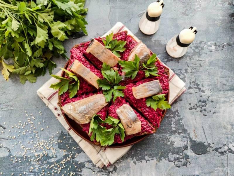 Бутерброды со свеклой и селедкой готовы. Приятного аппетита!