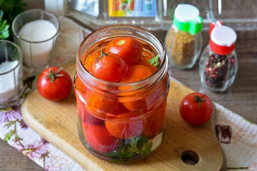 Вскипятите воду и залейте помидоры в банке.