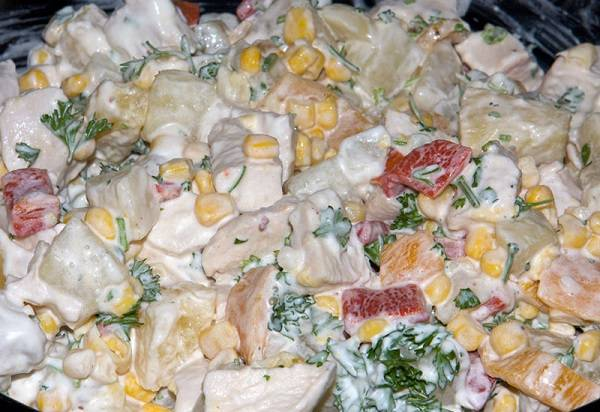 9. И как следует перемешать. Вот и все, салат с ананасами и куриной грудкой в домашних условиях готов. При желании можно подсолить или поперчить по вкусу.
