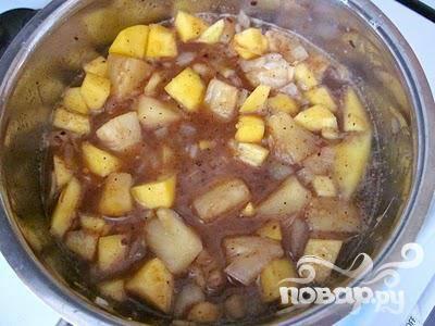 Добавьте манго и консервированные ананасы (с соком). Кроме того, добавить коричневый сахар, уксус и гарам масала. Перемешать смесь хорошо, и довести до кипения.