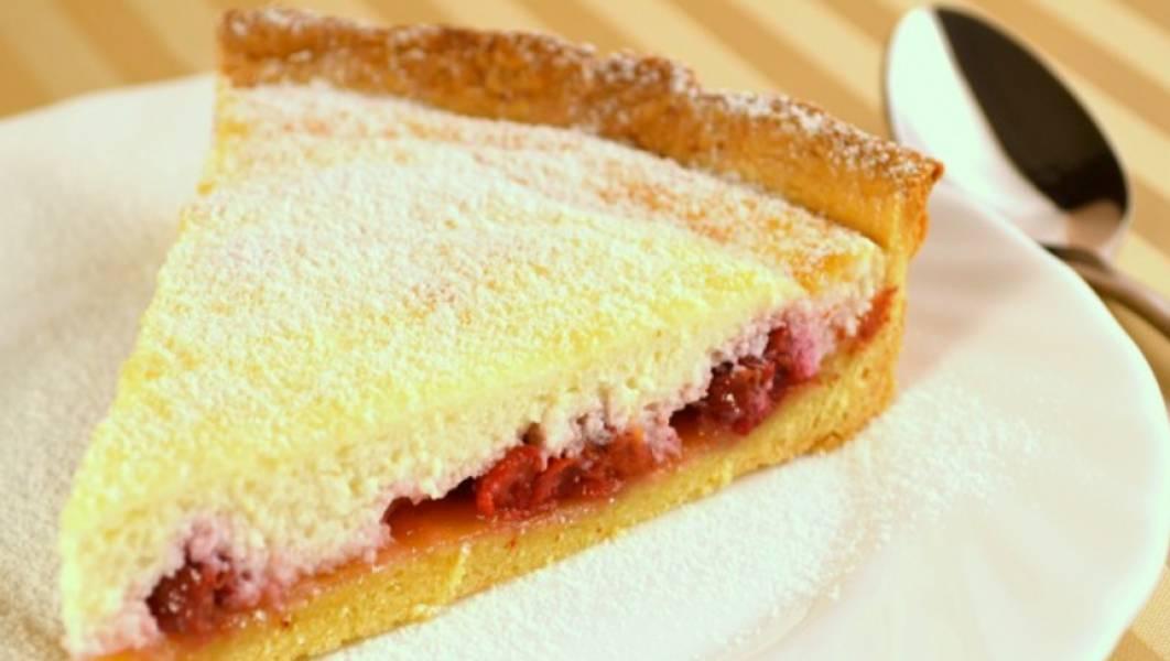 Перед подачей на стол посыпаем пирог сахарной пудрой. Приятного аппетита!