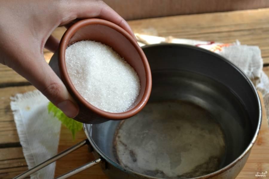 Для приготовления сиропа вскипятите воду, добавьте сахар. Подержите смесь на огне несколько минут.