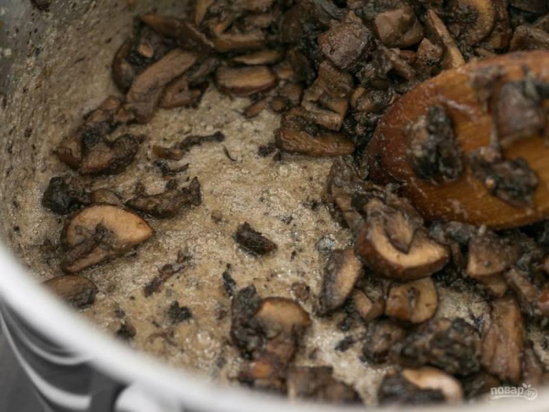 4.Готовьте грибы постоянно помешивая в течение нескольких минут, пока не начнет образовываться густая паста. Следите, чтобы мука не подгорела.