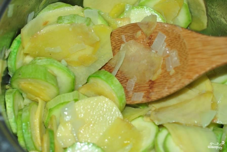 Затем добавляем картошку, яблоки, кабачки. Все слегка обжариваем (но ни в коем случае не зажариваем) и заливаем водой или бульоном.