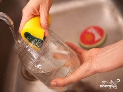 1. Начинаем делать заготовки с того, что тщательно подготавливаем банки и крышки. Промываем их теплой водой с добавлением соды или горчицы. Затем хорошо споласкиваем водой.