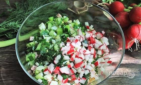 Все ингредиенты соедините в салатнице и перемешайте.