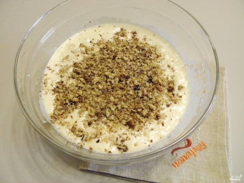3. Измельчаем орехи в кофемолке или при помощи мясорубки, добавляем их в яично-медовую смесь.
