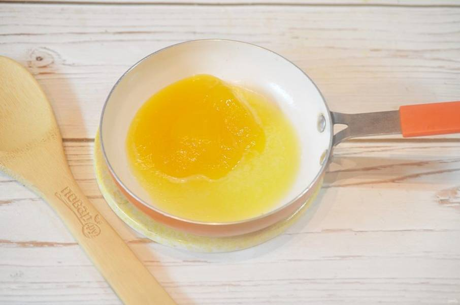 4. Добавьте мед и немного нагрейте.