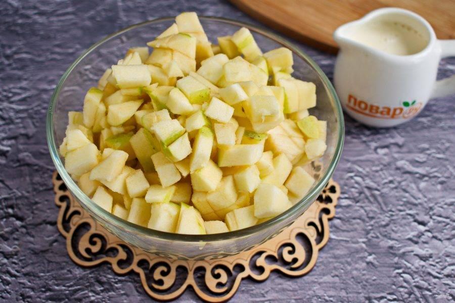 Яблоки очистите, нарежьте на кубики.