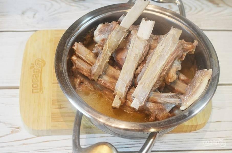 2. Положите на расколенную сковороду жиром вниз и дождитесь, когда жир растопится.