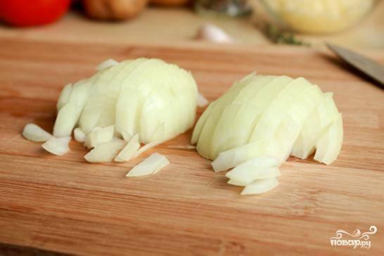 Чистим и мелко нарезаем репчатый лук и чеснок, обжариваем его на сковороде в оливковом масле до золотистости.