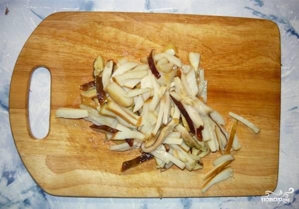 Грибы нарежьте соломкой и обжарьте в масле. Остудите.