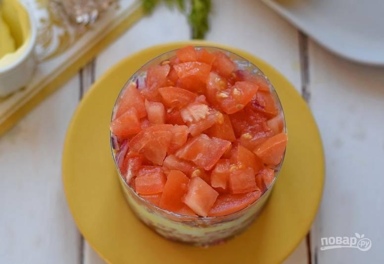 Далее — слой порезанных кубиками томатов.