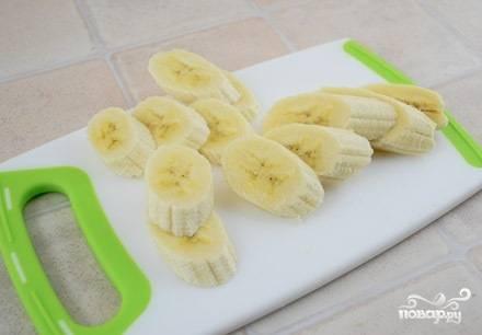 Очистите бананы, нарежьте их слегка наискосок ломтиками. Толщина - примерно 1 см.