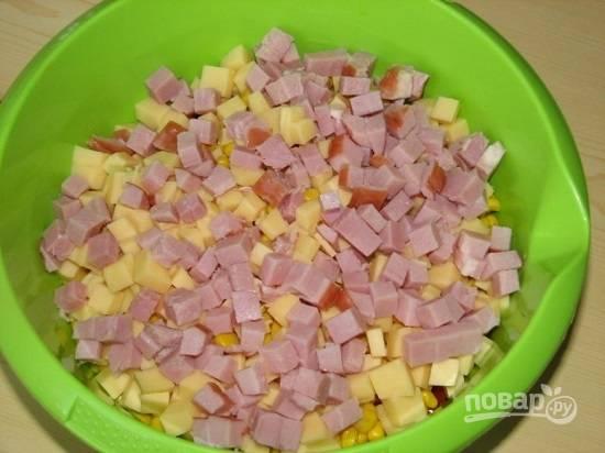 Ветчину тоже нарезаем кубиками. Вместо ветчины можно использовать любую колбасу.