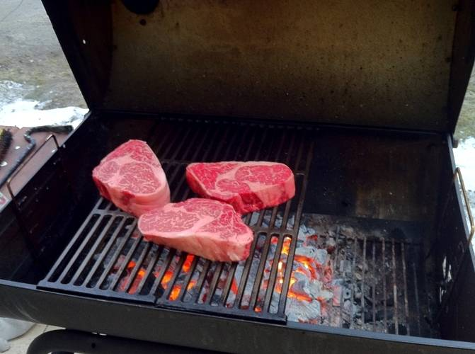 Вот теперь отправляем говядину на гриль и жарим ее, довольно часто переворачивая.