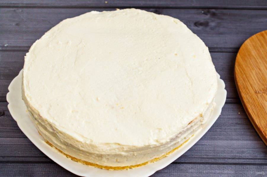 Хорошо подходит для выравнивания поверхности торта. После того, как торт прослоили кремом и выровняли им поверхность, поставьте торт в холодильник на несколько часов, лучше всего на ночь. После этого можно наносить глазурь и украшать торт.