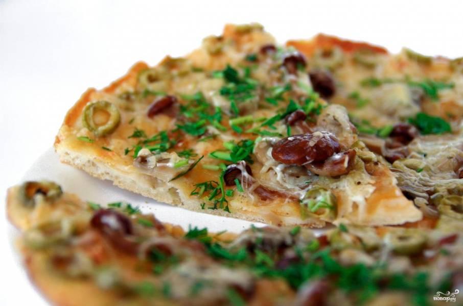 Пицца с опятами и колбасой