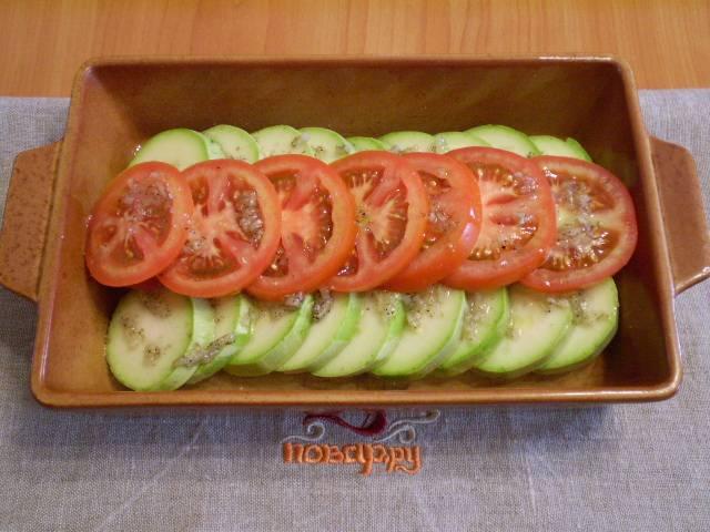 4. Сложите овощи в огнеупорную форму, полейте их заранее подготовленным маслом. Запекайте блюдо 25 минут при 200 градусах в духовке.