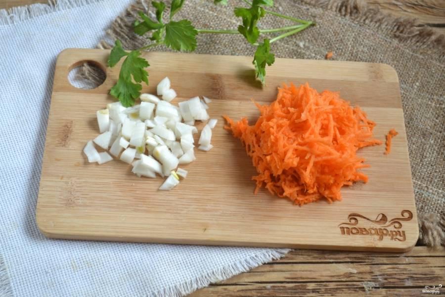 Морковь натрите на мелкой терке, лук порубите кубиками. Пассеруйте их на сковороде в небольшом количестве масла.