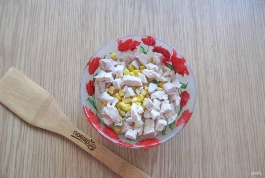 Куриную грудку нарежьте кубиками и выложите в салат.