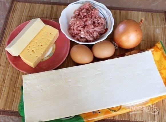 1. Вот такой довольно простой набор ингредиентов вам потребуется, чтобы испечь пирог с фаршем в домашних условиях.