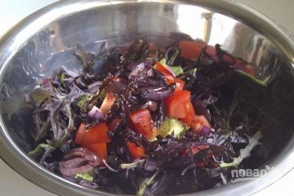 Теперь вливаем заправку в миску с овощами и все перемешиваем. Сразу подаем наш легкий салатик к столу.