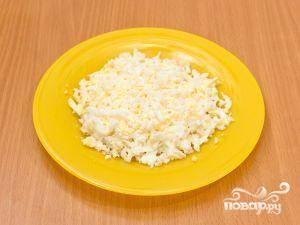 Сваренные яйца мелко нарезать. Желтки раскрошить руками.