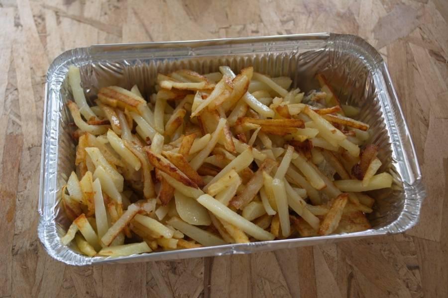 Картофель очистить. Нарезать на брусочки. Обжарить на сковороде с растительным маслом. Посолить, поперчить. Готовый картофель выложить поверх рыбы.