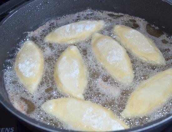 6. Выложить пирожки на сковороду швом вниз и жарить с двух сторон до румяной корочки.