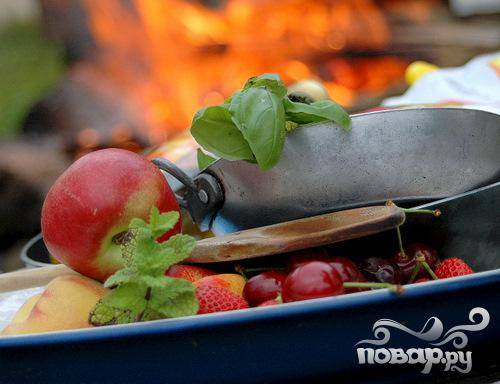 2.Все выбранные фрукты (свободная комбинация из персиков, нектарина, ягод, абрикос, вишен и т.п.) перебрать, помыть. Вынуть серединки или косточки. Абрикосы и персики порезать на четвертинки или восьмушки, в зависимости от их величины. Ягоды (клубнику, чернику) оставить целыми.