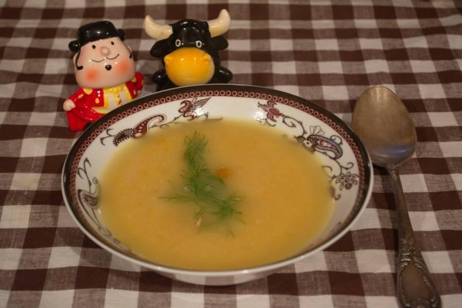 Готовый суп посолить. Проверить на специи и, при необходимости, их добавить. Погружным блендером пюрируйте суп до однородной консистенции и только после этого добавьте в суп куриное мясо. Разлейте суп по мискам и подайте к столу. Зелень по желанию. Такой суп хорошо подавать с чесночными гренками.