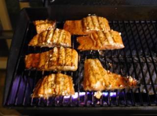 Рыбу помажьте сиропом и пеките еще несколько минут с каждой стороны.