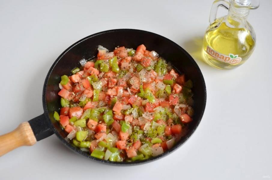 3. На растительном (оливковом) масле обжарьте сначала лук и чеснок, примерно 3-4 минуты, затем добавьте перец и обжарьте. В самом конце добавьте помидоры и сок половинки лимона, прогрейте овощи, перемешайте и снимите с огня. Добавьте базилик, соль.