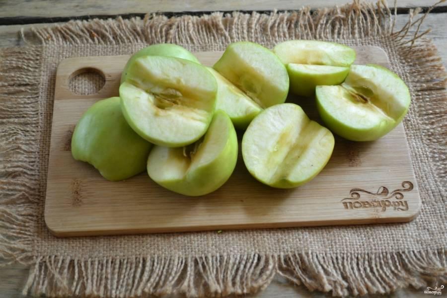 Каждое яблоко разрежьте пополам, удалите сердцевину.