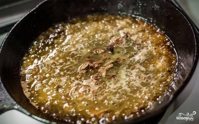 5. Готовые стейки выложите отдохнуть на минут 5. А в это время добавьте вина в сковороду, понизьте огонь до медленного и перемешайте. Соус будет готов, когда загустеет (5-8 минут).